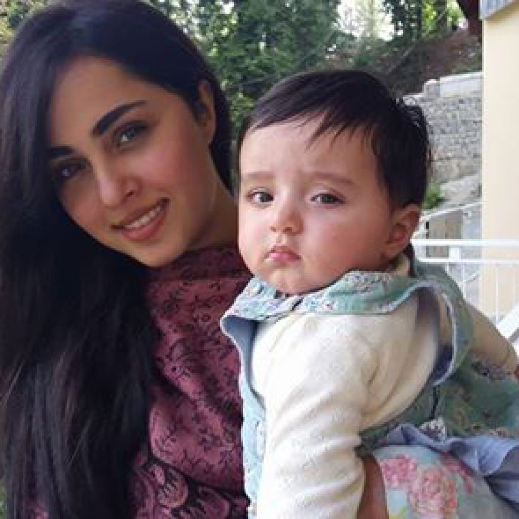 Actress-Nimrah-Khan-With-Her-Cute-Baby-Picture92361370_2014714165252